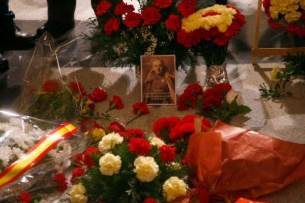 La tumba de Franco en el Valle de los Caídos, cubierta de flores.