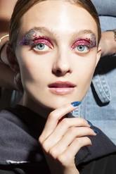 Los <strong>maquillajes metalizados</strong>, incluso con exceso...