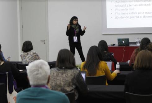 """Eileen Truax durante su taller sobre """"Nuevas formas de narrar las migraciones"""""""