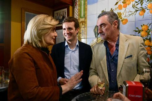 Pablo Casado y Fátima Báñez con el periodista Carlos Herrera