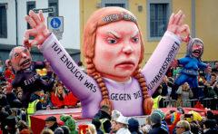 Figura de la adolescente Greta Thunberg en el desfile de carnval de Dusseldorf (Alemania)