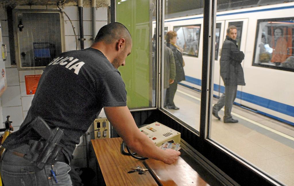 Control policial a carteristas en el Metro de Madrid.