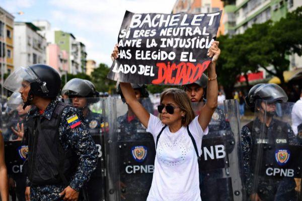 Una seguidora de Juan Guaidó con un mensaje para Bachelet.