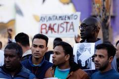 Varios de los manifestantes durante el acto en recuerdo del mantero fallecido hace un año.