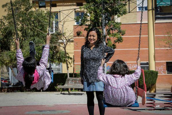 María Isis La Madrid, con sus dos hijas, con altas capacidades, a la salida del colegio en el que están escolarizadas en Burjassot