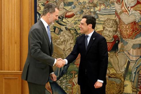 El Rey saluda a Juanma Moreno en la Zarzuela el 8 de marzo.