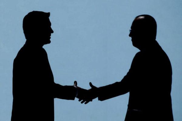 El nuevo presidente del <HIT>BBVA</HIT> Carlos <HIT>Torres</HIT> (izquierda), felicita al consejero delegado de la entidad bancaria, el turco Onur Genç, tras su intervención este viernes durante la Junta ordinaria de accionistas celebrada en Bilbao.