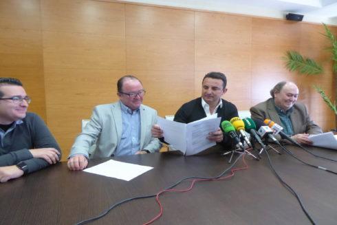 El alcalde de La Nucía, Bernabé Cano, sostiene ayer el archivo de la causa.
