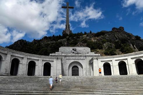 Gente visitando el Valle de los Caídos