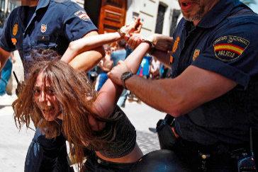 Dos agentes detienen a María Gombau