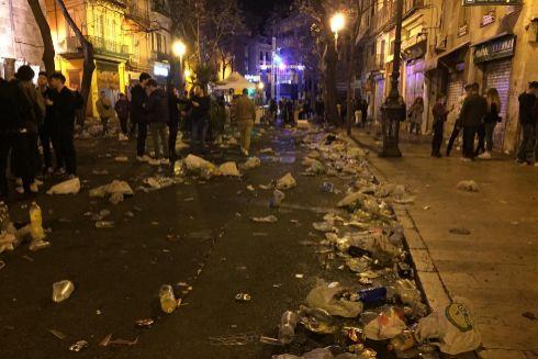 Restos de basura amontonados en el entorno del Mercado Central a las 6 de la mañana.
