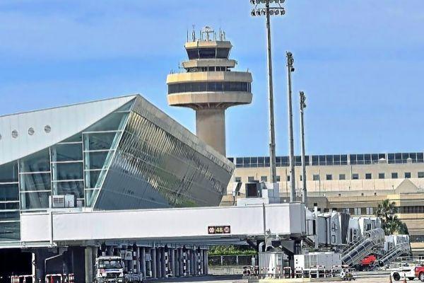 Imagen de la torre de control del aeropuerto de Palma, donde este verano el 80% de los controladores serán novatos.