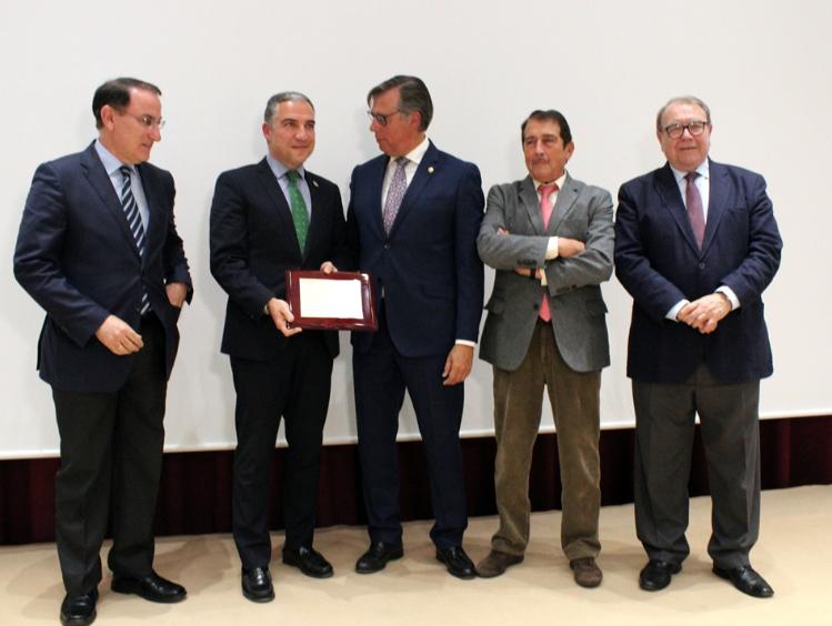 Los empresarios entregan a Elías Bendodo el reconocimiento del sector.