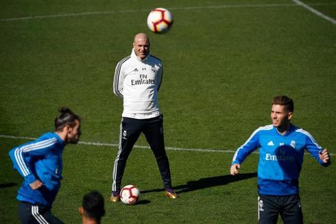 Zidane observa a Bale durante el entrenamiento.