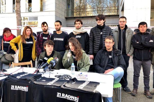 Miembros del colectivo '21 raons' que denuncian las detenciones por los hechos del 1 de octubre pasado en girona