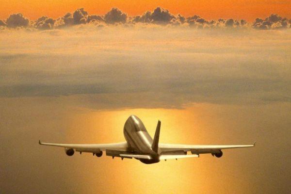 Un avión sobrevolando el cielo.