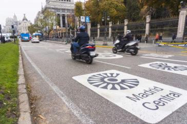Dos motos circulan por Madrid Central.