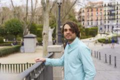 El doctor en Psicología Edgar Cabanas, cerca del Palacio de Oriente, en Madrid.