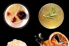 English in Japan (izda.): ginegra, zumo de lima, sirope de manzana y pepino. Kisotto Sour: sake, albariño, azúcar, zumo de limón, lima y clara de huevo.