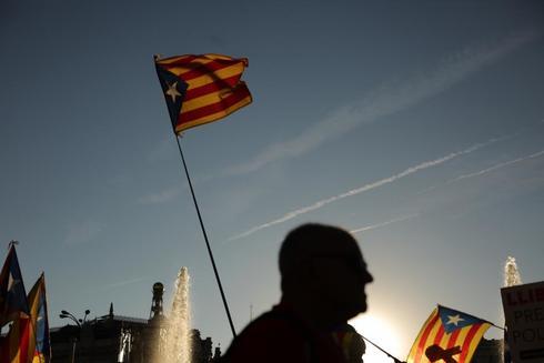 Una estelada ondea en la manifestación independentista en Madrid