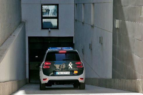 Un coche de la Guardia Civil traslada a los juzgados al padre de los niños asesinados en Godella.