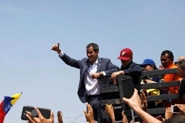 El líder opositor Juan Guaidó saluda a sus seguidores en Guacara (Venezuela).