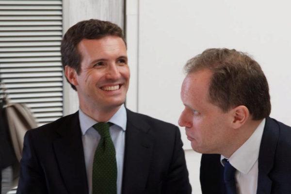 Pablo Casado, presidente del PP, y el economista Daniel Lacalle, esta...