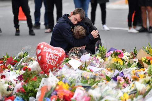AAP. Christchurch (New Zealand).- Members of the public mourn at a flower memorial near the Al Noor Masjid on Deans Rd in Christchurch, New Zealand, 16 March 2019. A gunman killed 49 worshippers at the Al Noor Masjid and Linwood Masjid on 15 March. The 28-year-old Australian suspect, Brenton Tarrant, appeared in court on 16 March and was charged with murder. (Atentado, Terrorista, <HIT>Nueva</HIT> <HIT>Zelanda</HIT>) EPA/ AUSTRALIA AND NEW ZEALAND OUT