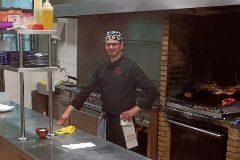 Juan Mengual en la cocina del asador La Vid en Valencia.