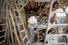El artista fallero Ximo Esteve ultima sus fallas en su taller.