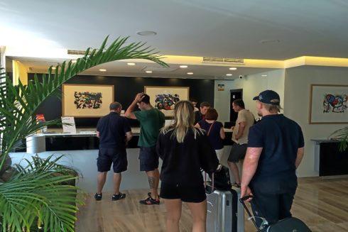 Turistas recién llegados a Mallorca informándose sobre la ecotasa.