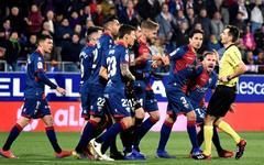 GRAF6981. <HIT>HUESCA</HIT>.- Los jugadores de la SD <HIT>Huesca</HIT> protestan al árbitro tras un gol, que fue anulado posteriormente, del Sevilla FC, durante el partido de la 26ª jornada de Liga en Primera División que se juega esta tarde en El <HIT>Alcoraz</HIT>, en <HIT>Huesca</HIT>.