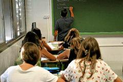 Un profesor da clase a los alumnos en el IES Marratxí.