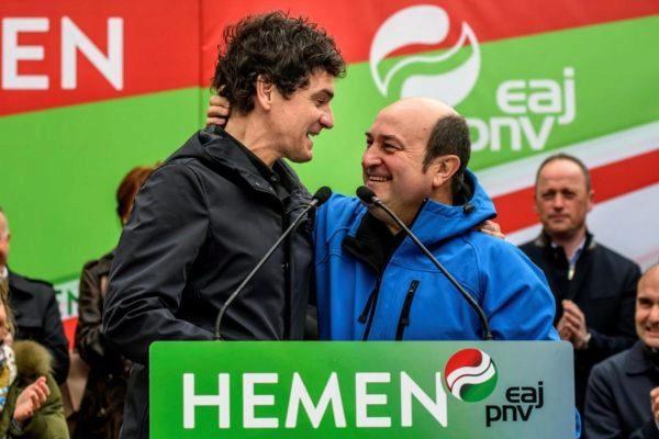 Andoni Ortuzar (derecha) saluda al diputado general de Bizkaia, Unai Rementeria.
