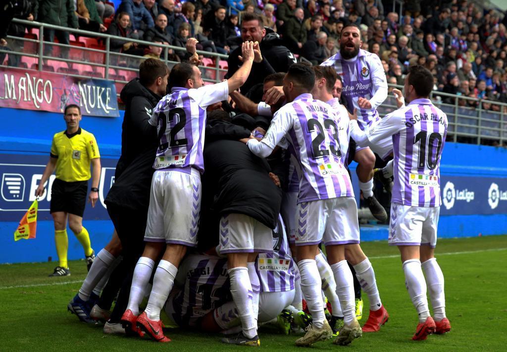 Los jugadores del Valladolid celebran la victoria en Ipurua.