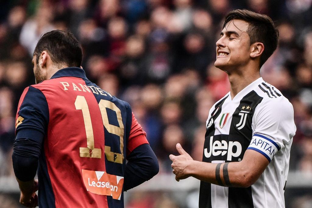 Dybala (dcha) se lamenta durante el partido ante el Genoa.