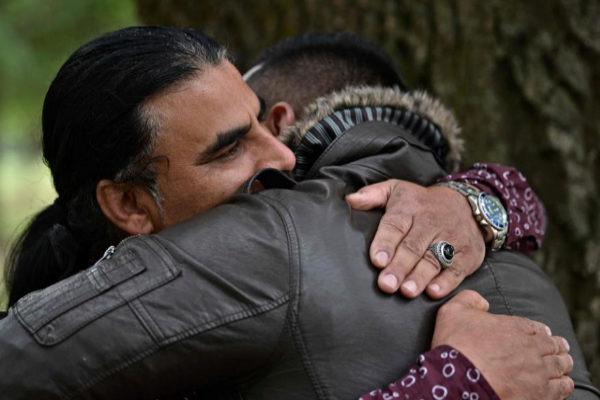 Abdul Aziz abraza a un hombre que le agradece su heroica actuación durante el atentado.