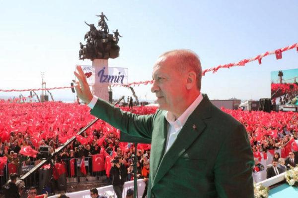 El presidente turco, Recep Tayyip Erdogan, saluda a sus seguidores durante un mitin en Izmir.