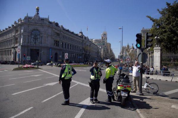 Agentes municipales, este sábado, en uno de los accesos a Madrid Central.