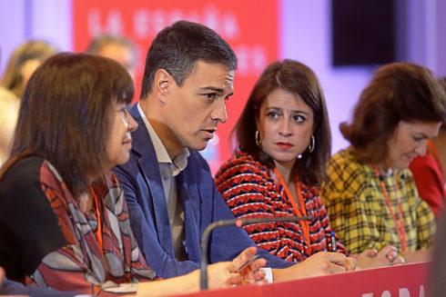 Pedro Sánchez conversa con Adriana Lastra durate el Comité Federal
