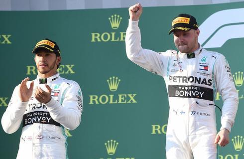 Bottas (dcha) secundado por Hamilton en el podio de Melbourne.