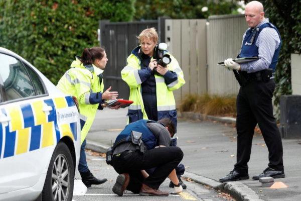 Un grupo de forenses inspecciona los alrededores de la mezquita de Linwood en Christchurch.