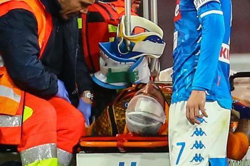Ospina es evacuado del campo tras desmayarse.