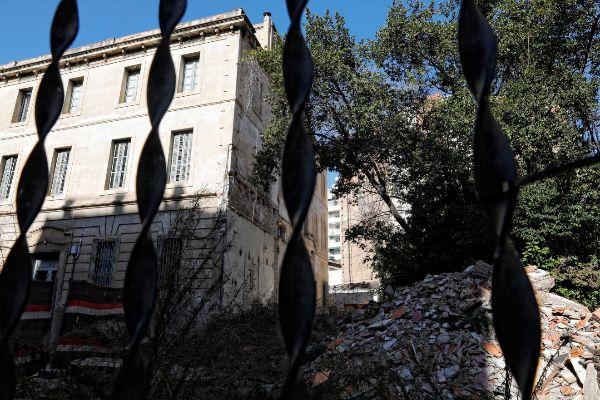 El edificio catalogado de Can Capellanets, en Barcelona, con escombros en el jardín.
