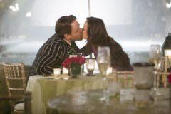 Marion Cotillard y Russell Crowe se besan en una terraza.