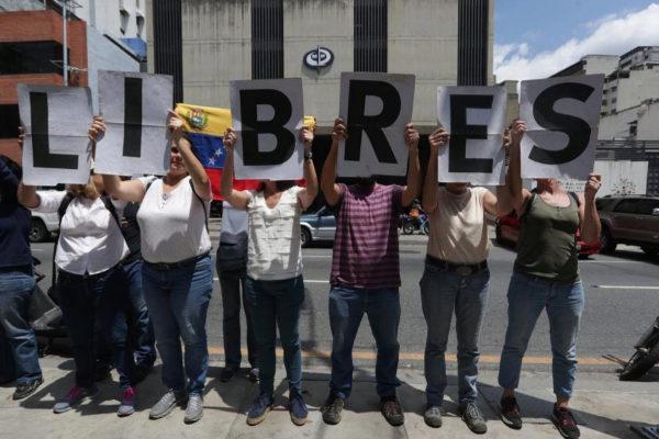 Un grupo de personas acompaña a la esposa del periodista Luis Carlos Díaz, detenido la semana pasada.