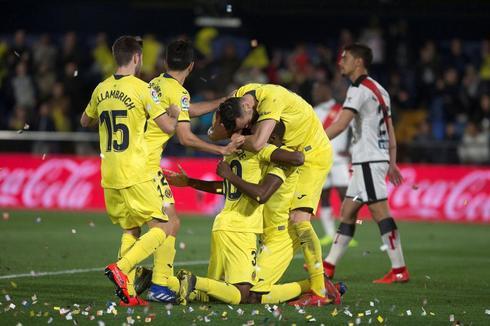 Los jugadores del Villarreal celebran uno de los goles de Ekambi al Rayo.