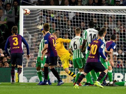 Leo Messi marca de falta el primer gol al Betis.