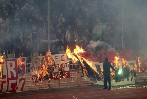 Hinchas del Panathinaikos queman banderas del Olympiacos.