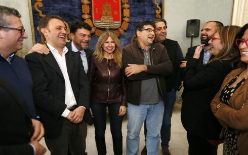 Una nutrida representación de los concejales de Alicante junto al actual alcalde, Luis Barcala, en el vino de Navidad de 2018.